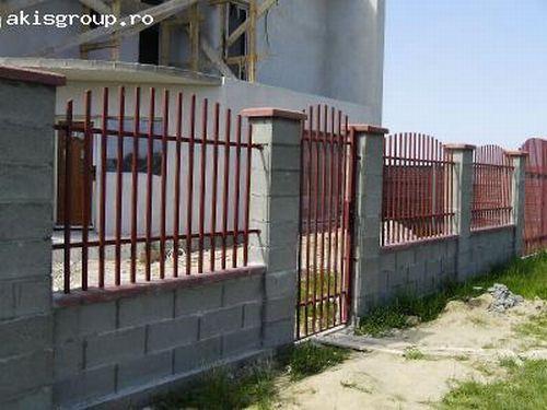 Gard din boltari cu panouri din metal vopsit