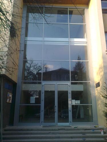 Perete cortina si usa exterioara