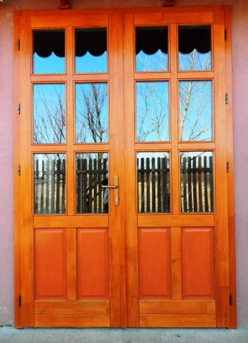 Usa exterioara din lemn